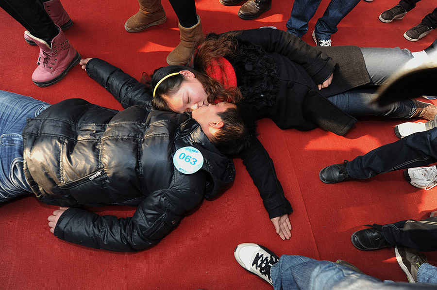 Обмороки на конкурсе поцелуев в Китае