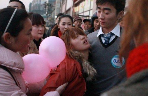 Обмороки на конкурсе поцелуев в Китае4