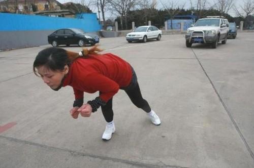 43-летняя китаянка передвигает 4.5 тонны, используя свои волосы